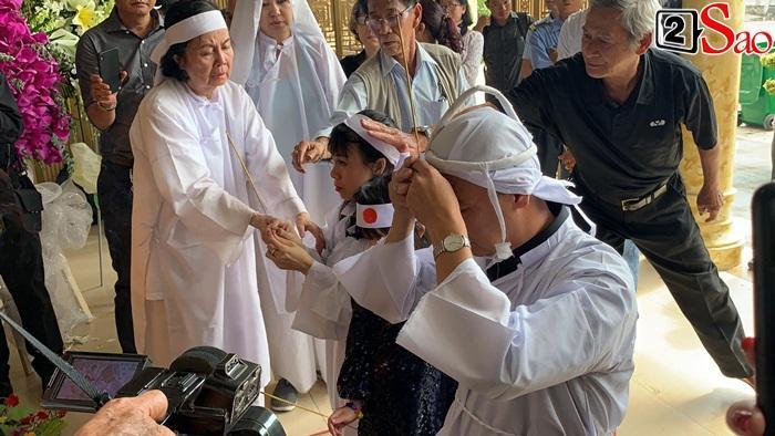 GIÂY PHÚT NGHẸN NGÀO: Con trai nghệ sĩ Chánh Tín nhìn mặt cha lần cuối, khóc òa trước quan tài-8