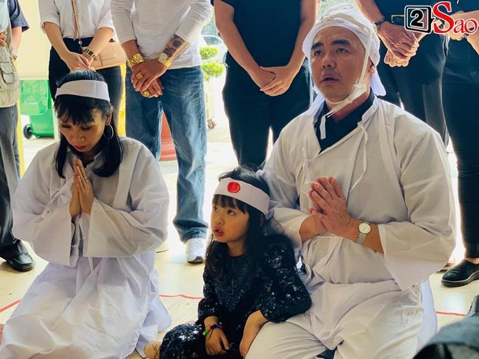 GIÂY PHÚT NGHẸN NGÀO: Con trai nghệ sĩ Chánh Tín nhìn mặt cha lần cuối, khóc òa trước quan tài-9