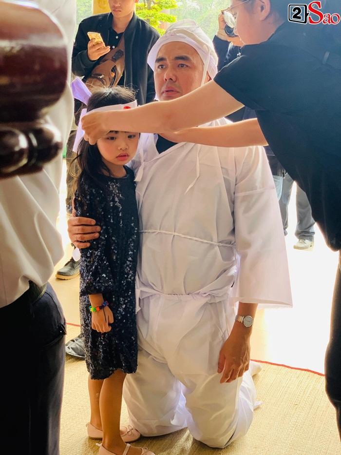 GIÂY PHÚT NGHẸN NGÀO: Con trai nghệ sĩ Chánh Tín nhìn mặt cha lần cuối, khóc òa trước quan tài-6