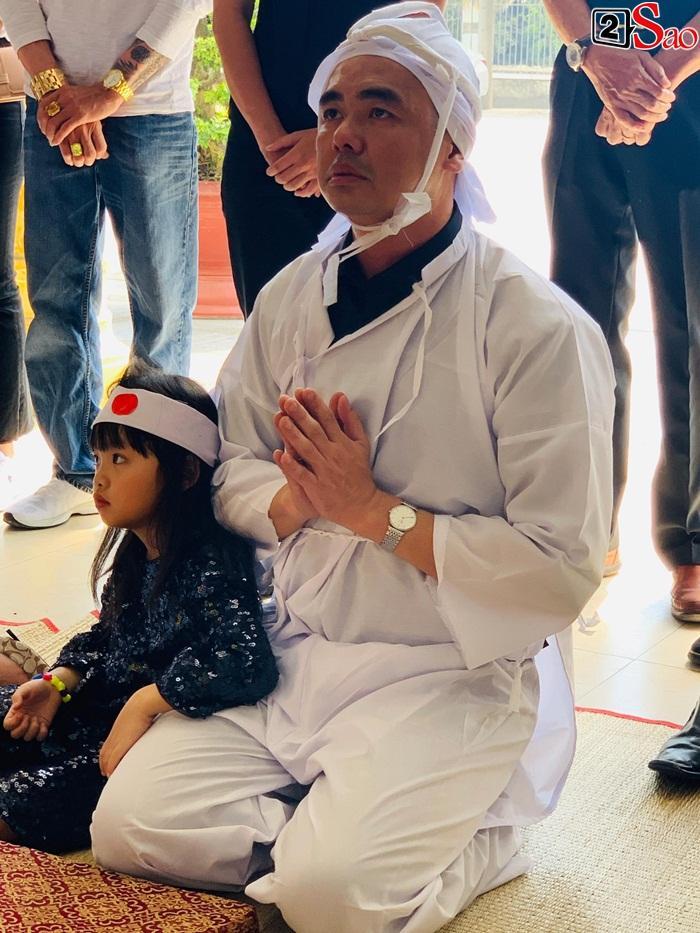 GIÂY PHÚT NGHẸN NGÀO: Con trai nghệ sĩ Chánh Tín nhìn mặt cha lần cuối, khóc òa trước quan tài-10
