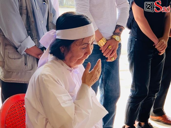 GIÂY PHÚT NGHẸN NGÀO: Con trai nghệ sĩ Chánh Tín nhìn mặt cha lần cuối, khóc òa trước quan tài-12