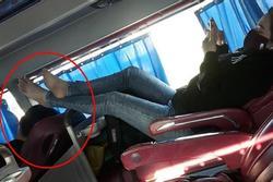 Ám ảnh 'bàn chân xấu xí' trên xe giường nằm khiến ai cũng hãi hùng