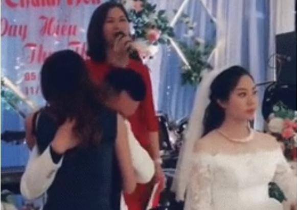 Chú rể ôm gái lạ gục đầu khóc ngay tại lễ đường ở Nam Định, cô dâu mặt lạnh te đứng nhìn-1