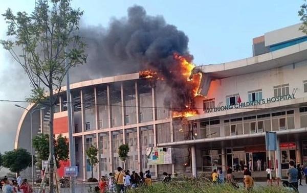 Cháy Bệnh viện Nhi Hải Dương, người thân bế bệnh nhi sơ tán-1