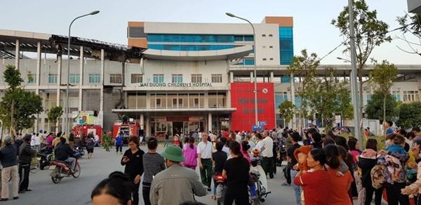 Cháy Bệnh viện Nhi Hải Dương, người thân bế bệnh nhi sơ tán-2