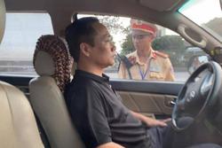 Tài xế 'cố thủ' trên ô tô liên tục uống nước, 3 tiếng sau mới xuống xe không phát hiện nồng độ cồn