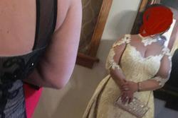 Cô dâu khiến dân mạng khó hiểu với chiếc đầm trắng 'thảm họa' nhưng bị chỉ trích nhiều hơn khi lộ danh tính thật