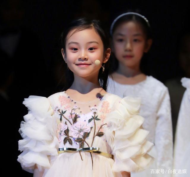 Từng bị chê xấu xí khác hẳn bố mẹ, con gái Lý Tiểu Lộ gây sốt khi lớn lên lại xinh ngỡ ngàng-6