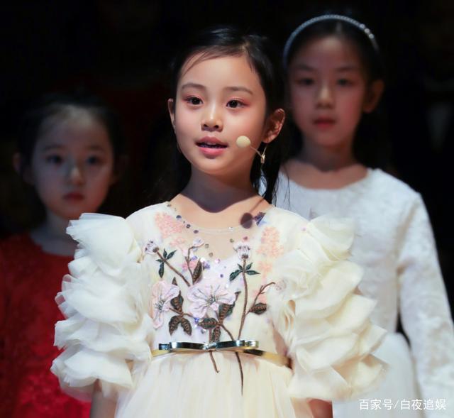 Từng bị chê xấu xí khác hẳn bố mẹ, con gái Lý Tiểu Lộ gây sốt khi lớn lên lại xinh ngỡ ngàng-7