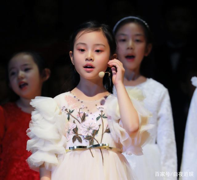 Từng bị chê xấu xí khác hẳn bố mẹ, con gái Lý Tiểu Lộ gây sốt khi lớn lên lại xinh ngỡ ngàng-10