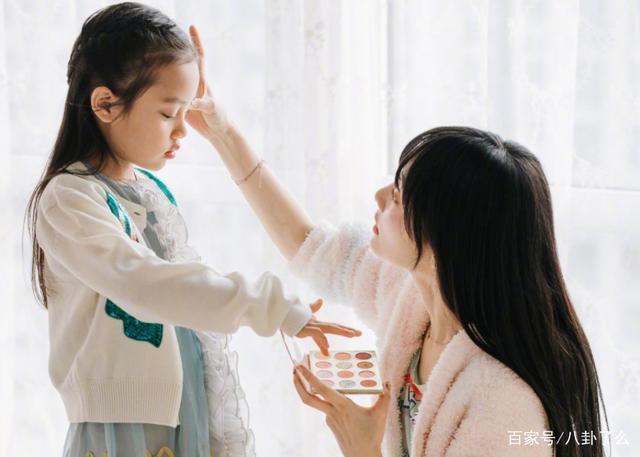 Từng bị chê xấu xí khác hẳn bố mẹ, con gái Lý Tiểu Lộ gây sốt khi lớn lên lại xinh ngỡ ngàng-13