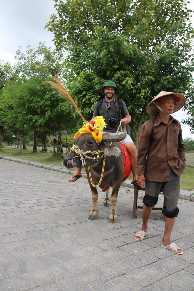 Cuộc gặp gỡ kỳ diệu của nam du khách nước ngoài cùng người đàn ông chăn trâu ở Ninh Bình sau 15 năm và câu chuyện thú vị phía sau-4