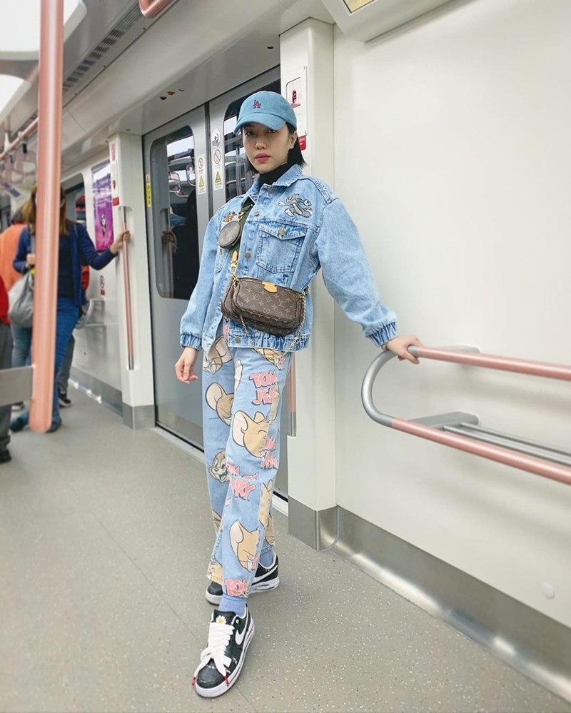 dieu-nhi Tiểu Vy lộ dáng gầy gò, Diệu Nhi lên đồ phá cách với outfit họa tiết hoạt hình