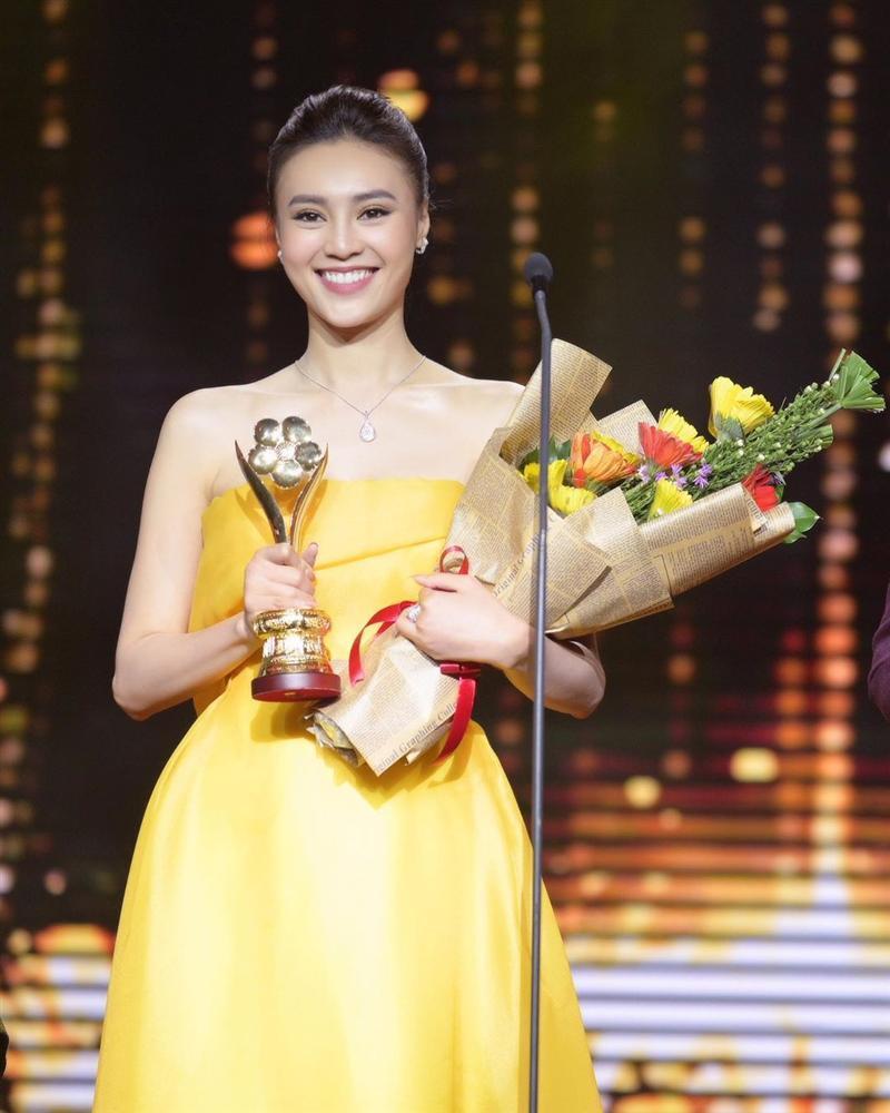 Cùng nhận giải Mai Vàng mà Ninh Dương Lan Ngọc 2010 mặc áo fan tặng, 2020 đã diện trang sức bạc tỷ-1