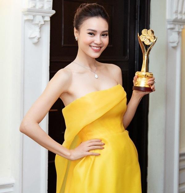 Cùng nhận giải Mai Vàng mà Ninh Dương Lan Ngọc 2010 mặc áo fan tặng, 2020 đã diện trang sức bạc tỷ-2