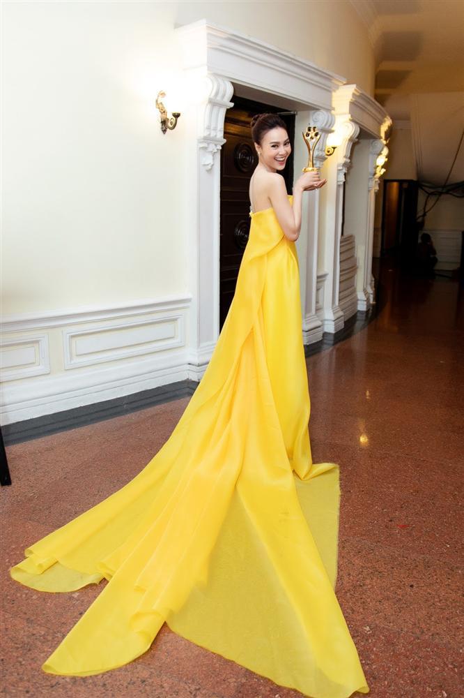 Cùng nhận giải Mai Vàng mà Ninh Dương Lan Ngọc 2010 mặc áo fan tặng, 2020 đã diện trang sức bạc tỷ-3