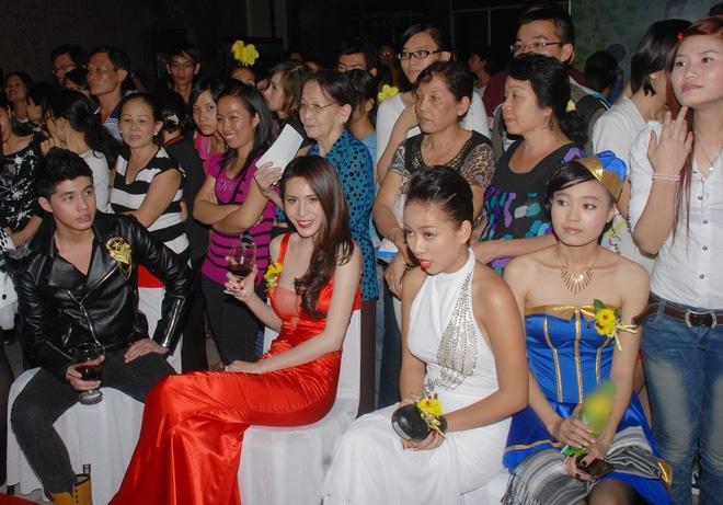 Cùng nhận giải Mai Vàng mà Ninh Dương Lan Ngọc 2010 mặc áo fan tặng, 2020 đã diện trang sức bạc tỷ-7
