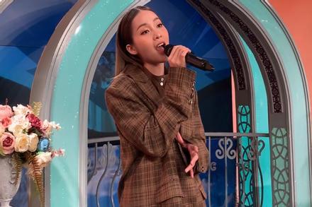 Khả Ngân lộ giọng live thật, 10 người nghe thì 9 người không hiểu hotgirl hát tiếng nước nào