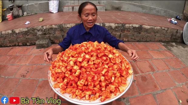 Bà Tân Vlog làm kim chi củ cải siêu ngon nhưng lại mời khách đến nhà ăn theo cách lạ-5