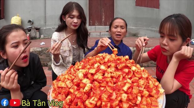 Bà Tân Vlog làm kim chi củ cải siêu ngon nhưng lại mời khách đến nhà ăn theo cách lạ-6