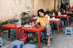 Bản tin Hoa hậu Hoàn vũ 10/1: Không nhận ra H'Hen Niê là hoa hậu với ảnh ăn uống lề đường
