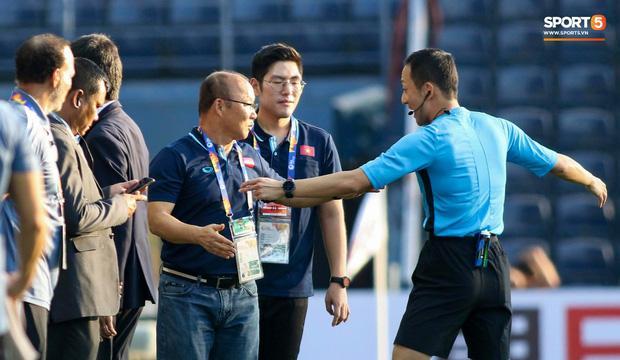 Bóng chưa lăn, thầy Park phản ứng gắt với ban tổ chức làm trọng tài phải ra tận nơi nhắc nhở-2