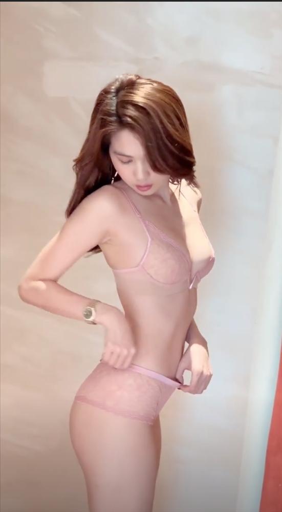 Sắm Tết kiểu Ngọc Trinh: hết khoe thử nội y lại đến bikini không che nổi vòng 1-4