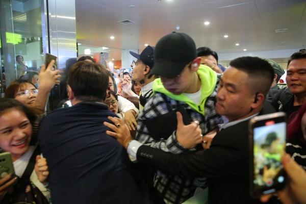 Fan quốc tế phẫn nộ trước cách fan Việt chào đón EXO: xô đẩy, sờ mó, leak cả hộ chiếu của Chanyeol - Sehun-2