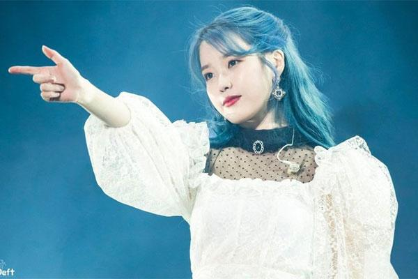 Netizen thích thú trước khoảnh khắc IU mang quà Umji (GFRIEND) tặng đi khắp thế gian-1