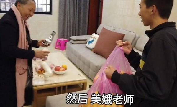 Bác gái xấu xí phim Châu Tinh Trì mua 2 ngôi nhà ở tuổi 70-2