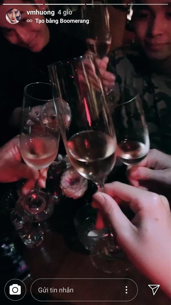 Văn Mai Hương trang điểm xinh đẹp đi diễn, khoe hoa đầy giường sau ồn ào clip nóng-3