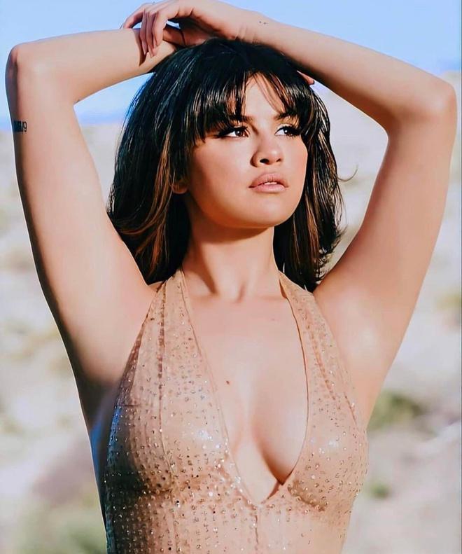 Selena Gomez để lộ vòng một chảy xệ vì mặc đồ lót không phù hợp-3