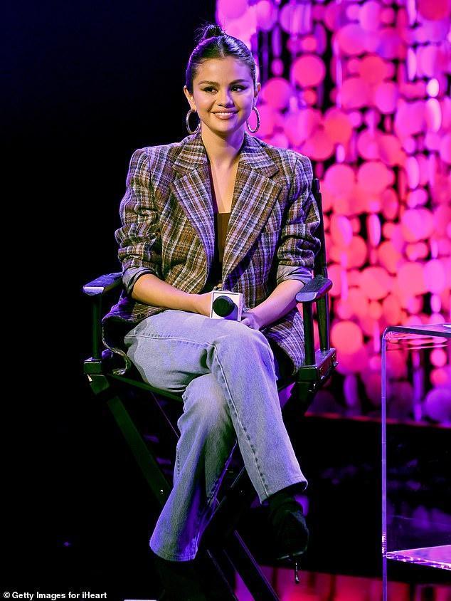 Selena Gomez để lộ vòng một chảy xệ vì mặc đồ lót không phù hợp-5