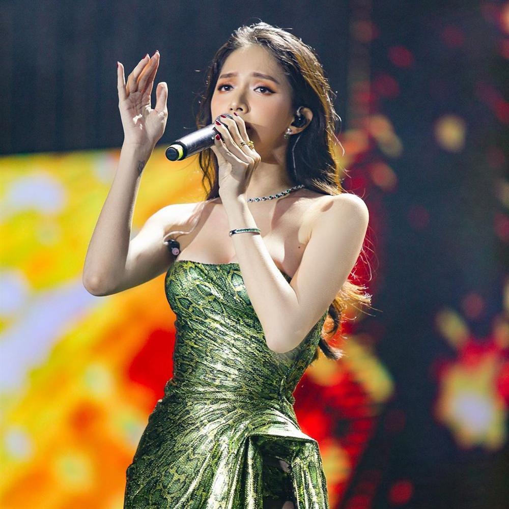 Hoa hậu Hương Giang chạm trán Nữ hoàng gợi cảm HyunA: Nhan sắc khó phân định thắng thua-6