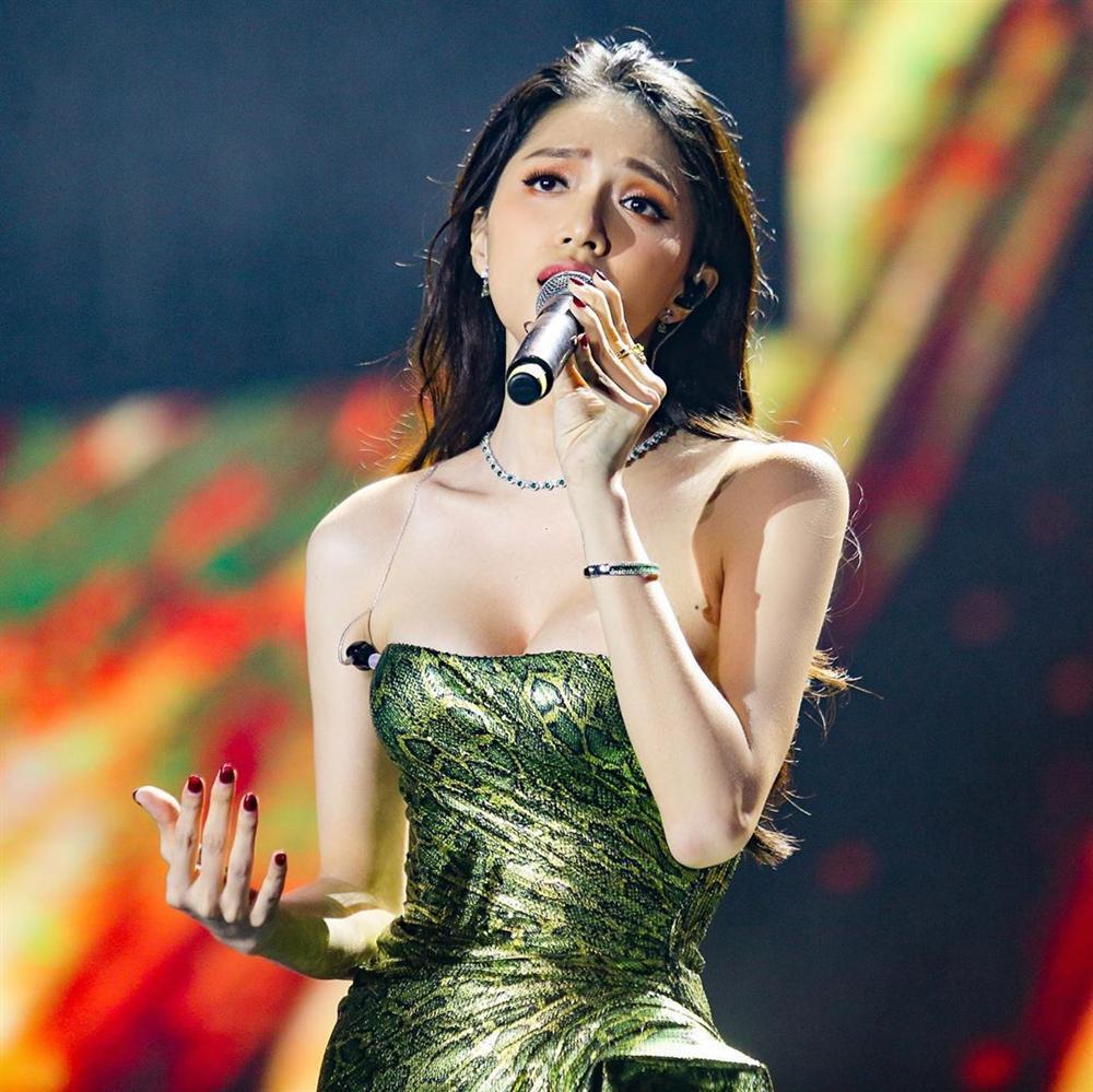 Hoa hậu Hương Giang chạm trán Nữ hoàng gợi cảm HyunA: Nhan sắc khó phân định thắng thua-8