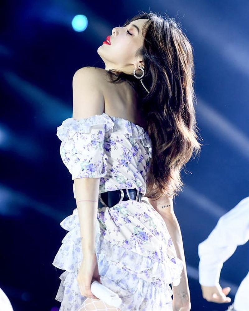 Hoa hậu Hương Giang chạm trán Nữ hoàng gợi cảm HyunA: Nhan sắc khó phân định thắng thua-11