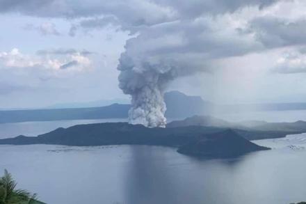 Núi lửa thức giấc sau 40 năm, sân bay ở Manila đóng cửa