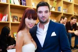 Chồng siêu mẫu Hà Anh tức giận khi vợ bị đàn ông trêu ghẹo trong quán bar