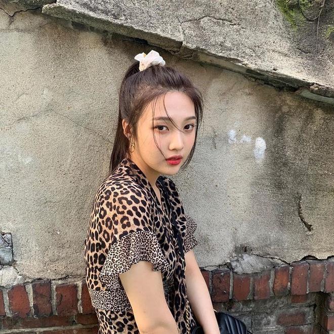 IU, Jennie và dàn mỹ nhân Hàn lăng xê mốt dùng chun vải từ thời cha mẹ-10