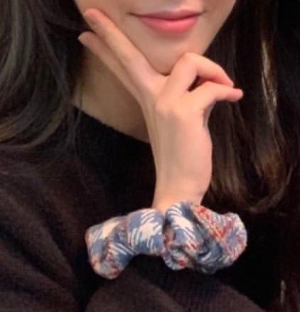 IU, Jennie và dàn mỹ nhân Hàn lăng xê mốt dùng chun vải từ thời cha mẹ-3