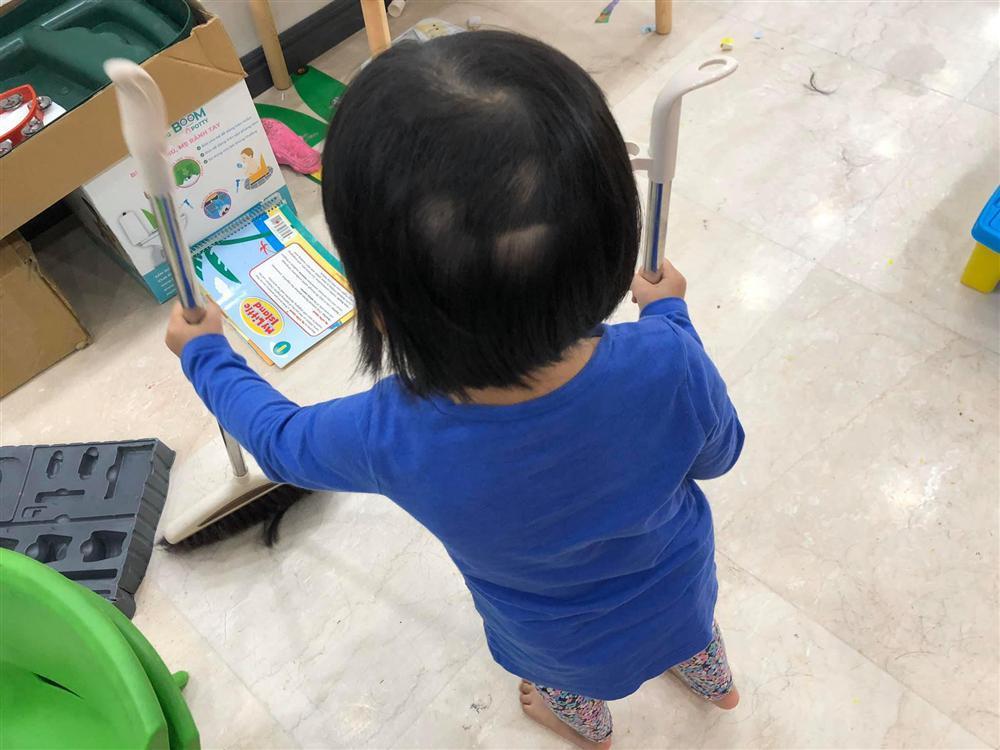 Sơ ý ngủ quên, MC Minh Trang tá hỏa khi dậy thấy đầu tóc các con trụi cả mảng-3