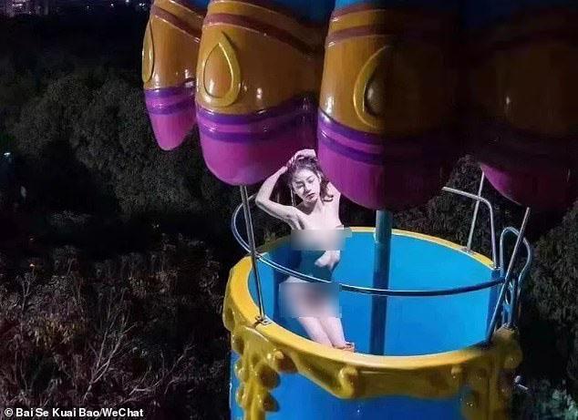 Chụp ảnh khỏa thân ở khu vui chơi trẻ em, cô gái trẻ gây sốc vì uốn éo phản cảm-2