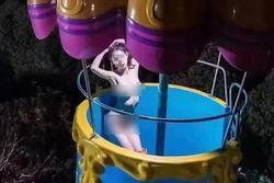 Chụp ảnh khỏa thân ở khu vui chơi trẻ em, cô gái trẻ gây sốc vì uốn éo phản cảm
