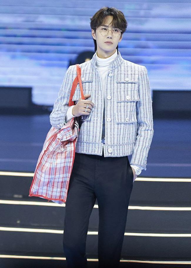 Vương Nhất Bác xách túi giá 15.000 đồng vẫn đẹp trai siêu cấp, sang chảnh thì hàng chợ vẫn thành hàng hiệu-1