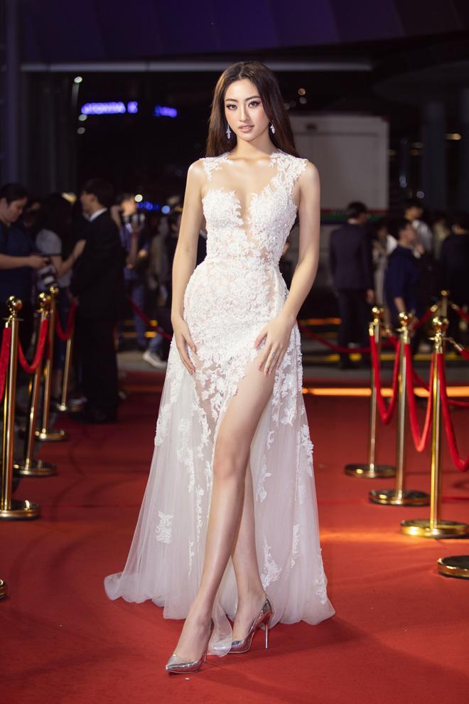 Lương Thùy Linh ngã dúi dụi khi đang bước trên thảm đỏ vẫn nổi bật giữa dàn hoa hậu mặc lại đầm cũ-1