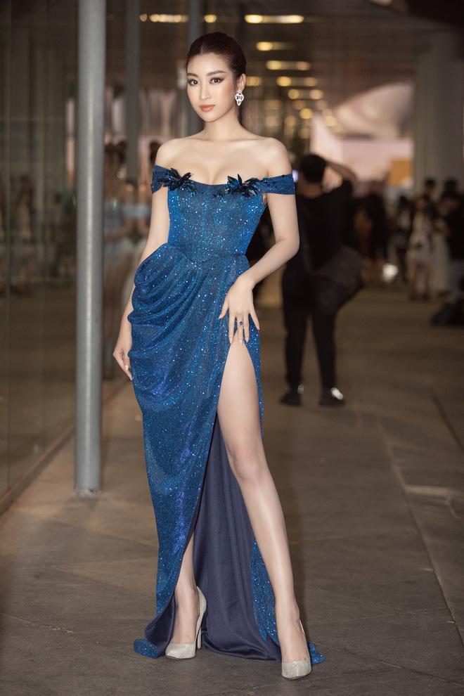 Lương Thùy Linh ngã dúi dụi khi đang bước trên thảm đỏ vẫn nổi bật giữa dàn hoa hậu mặc lại đầm cũ-2