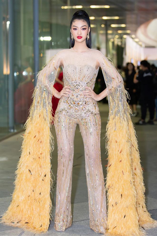 Lương Thùy Linh ngã dúi dụi khi đang bước trên thảm đỏ vẫn nổi bật giữa dàn hoa hậu mặc lại đầm cũ-6