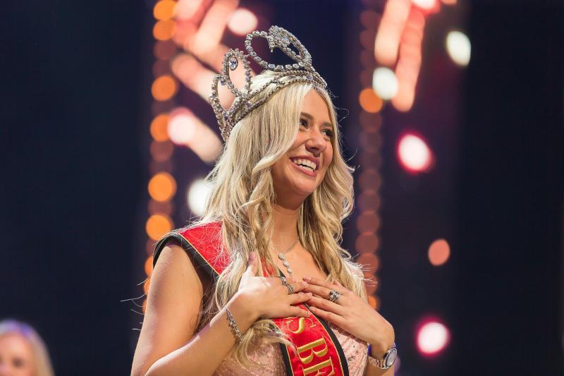 Tân Hoa hậu Bỉ 2020 té ngã trên sân khấu, văng luôn cả áo ngực-3