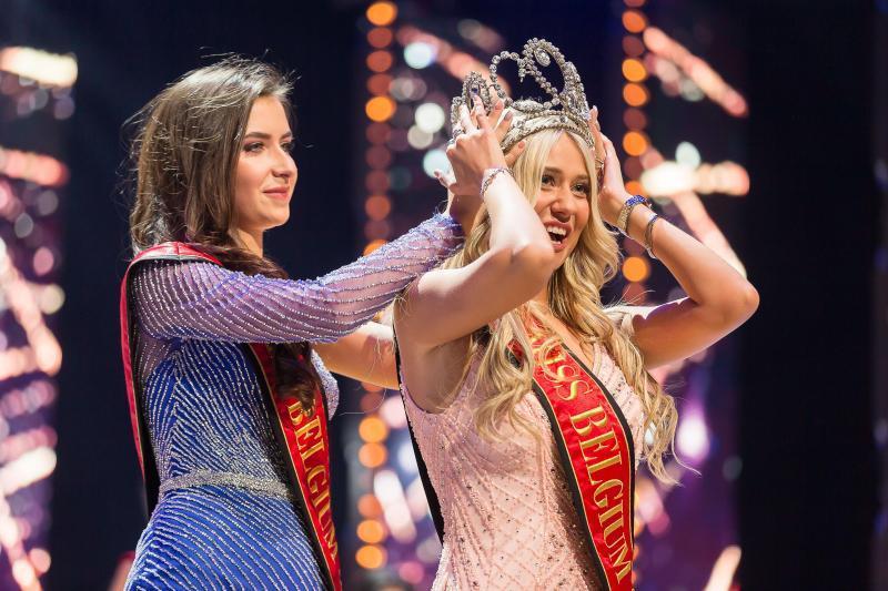 Tân Hoa hậu Bỉ 2020 té ngã trên sân khấu, văng luôn cả áo ngực-2