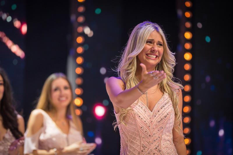 Tân Hoa hậu Bỉ 2020 té ngã trên sân khấu, văng luôn cả áo ngực-1